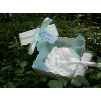 Красиво ангелче в релефна кутия-подарък за гости
