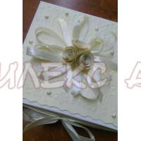 Красива кремава кутия за подарък