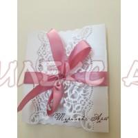 Стилна сватбена покана с пепелно розова панделка